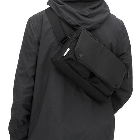 ▼アイテム2:現代的なモノトーン&デバイス対応が新鮮なウエストバッグ