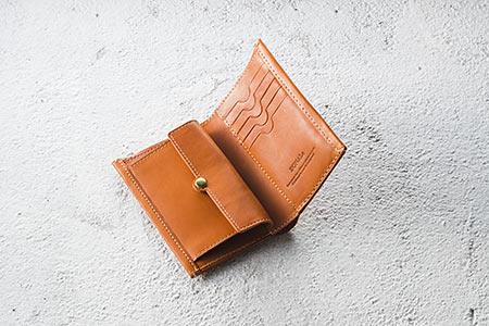 タテ型二つ折り財布/12,960円(税込)