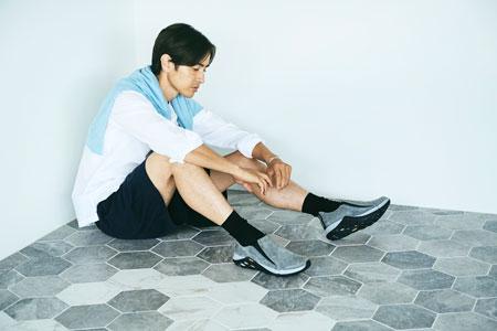 軽快なだけじゃなく都会的。品のある足元でショーツスタイルが見違える