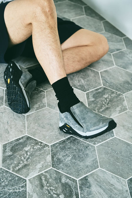 軽快なだけじゃなく都会的。品のある足元でショーツスタイルが見違える 2枚目の画像
