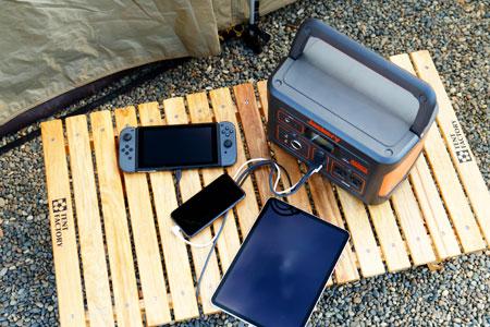 仲間のスマートフォン、タブレットやゲーム機など各種デジモノをまとめて充電できる!