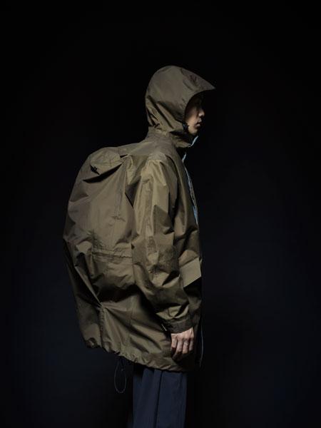 悪天候下で真価を発揮。「パッカーズオーバーコート」はバッグのための要塞だ 2枚目の画像