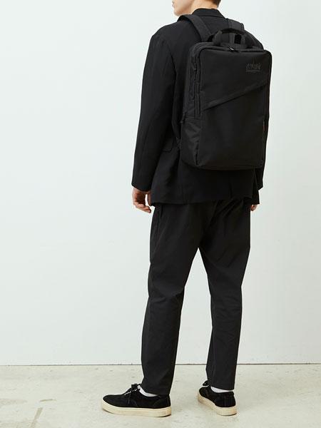 ▼モデル1:上品な後ろ姿を演出する、ソリッドな「パシフィックケンマーバックパック」