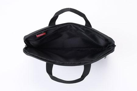 安全に持ち運べる、は大前提。気の利いたポケットの数々が利便性に直結