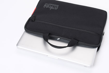 安全に持ち運べる、は大前提。気の利いたポケットの数々が利便性に直結 2枚目の画像