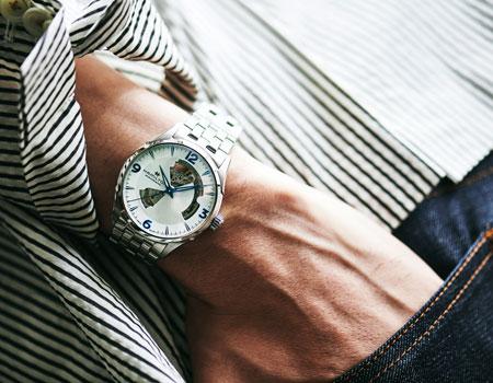▼スタイル2:軽快なジャケットに似合う定番の新色が、腕元から爽快さを演出