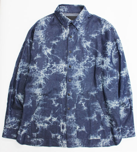 個性溢れるデニムシャツは着こなしのアイキャッチとして活躍