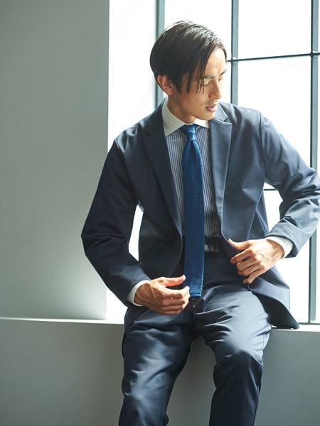 キリっとした青のワントーンコーデでジャージー素材を精悍に着こなす