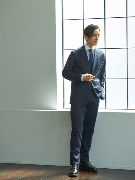 キリっとした青のワントーンコーデでジャージー素材を精悍に着こなす 2枚目の画像