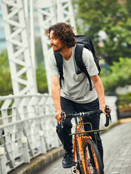 汗ジミ防止&落ち着きのあるグレーTなら自転車通勤もしゃれる