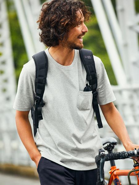 汗ジミ防止&落ち着きのあるグレーTなら自転車通勤もしゃれる 2枚目の画像