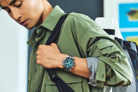 ミリタリー感あるカーキシャツで、グリーンクロノのタフさを増幅 2枚目の画像