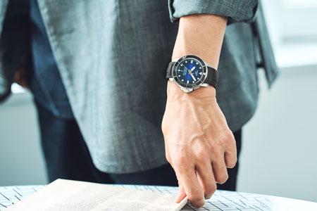 ブルーとグレーのマリアージュで、都会的かつ涼しげな夏ビズコーデに 2枚目の画像