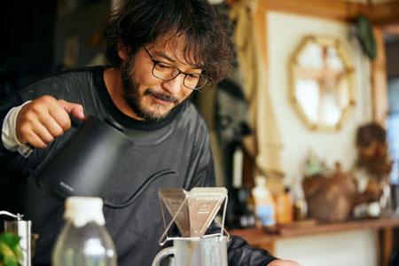 """▼シーン1:目覚めのコーヒーとブルーライトカットレンズプレートで、1日の""""スイッチ""""をオンにする"""