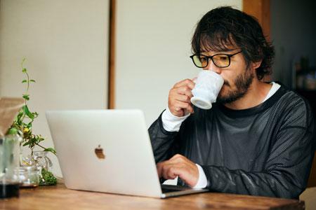"""▼シーン1:目覚めのコーヒーとブルーライトカットレンズプレートで、1日の""""スイッチ""""をオンにする 3枚目の画像"""