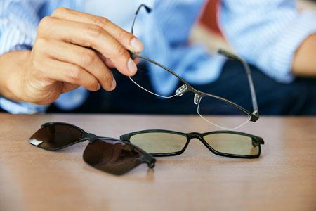 過ごし方に工夫が求められる時代。そんなときは多機能メガネに頼るのが吉