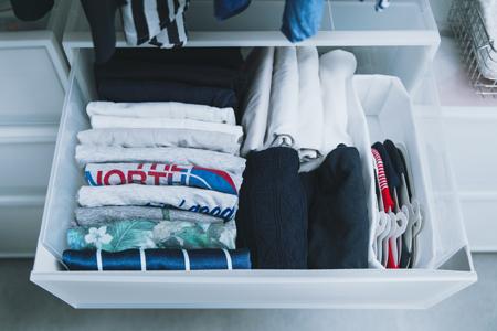 ▼収納1:大量のTシャツは、引き出しに「立てる収納」