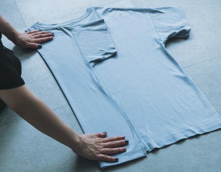 まずはTシャツのたたみ方を知ることから。自立させることがポイント