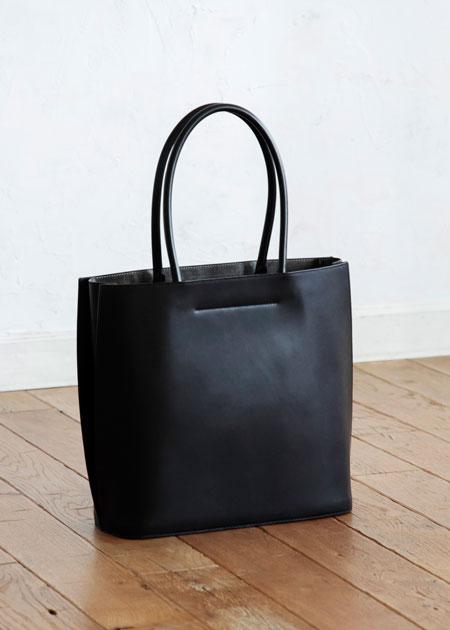 贅沢な一枚革が織りなす洗練された佇まいは、バッグ玄人も納得の出来栄え