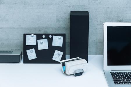 """机上に置く文具は""""1軍""""だけ。収納グッズのデザインにもこだわる"""