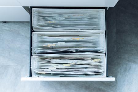 書類整理には伸縮する蛇腹ファイルが便利