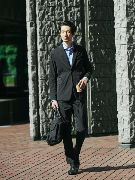 ▼働き方1:ビシッとスーツ……は必要ないけれど。そこそこ堅めな「外回り中心」スタイル