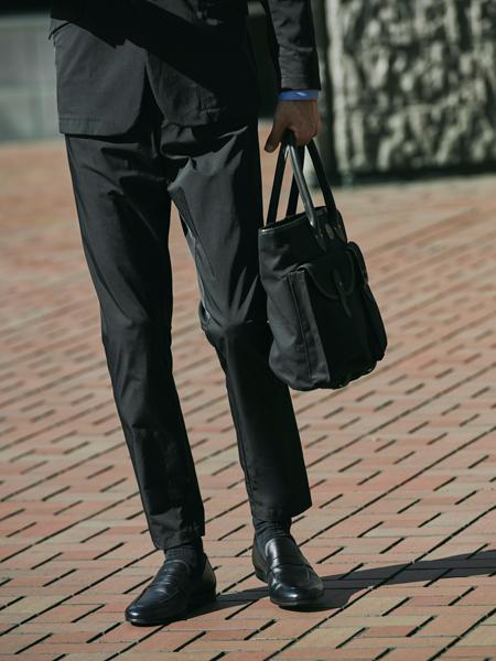 ▼働き方1:ビシッとスーツ……は必要ないけれど。そこそこ堅めな「外回り中心」スタイル 3枚目の画像