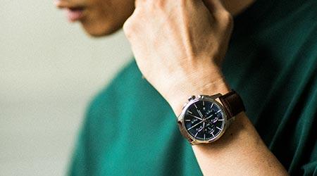 """夏のシンプルTには、""""脱シンプル""""な腕時計"""